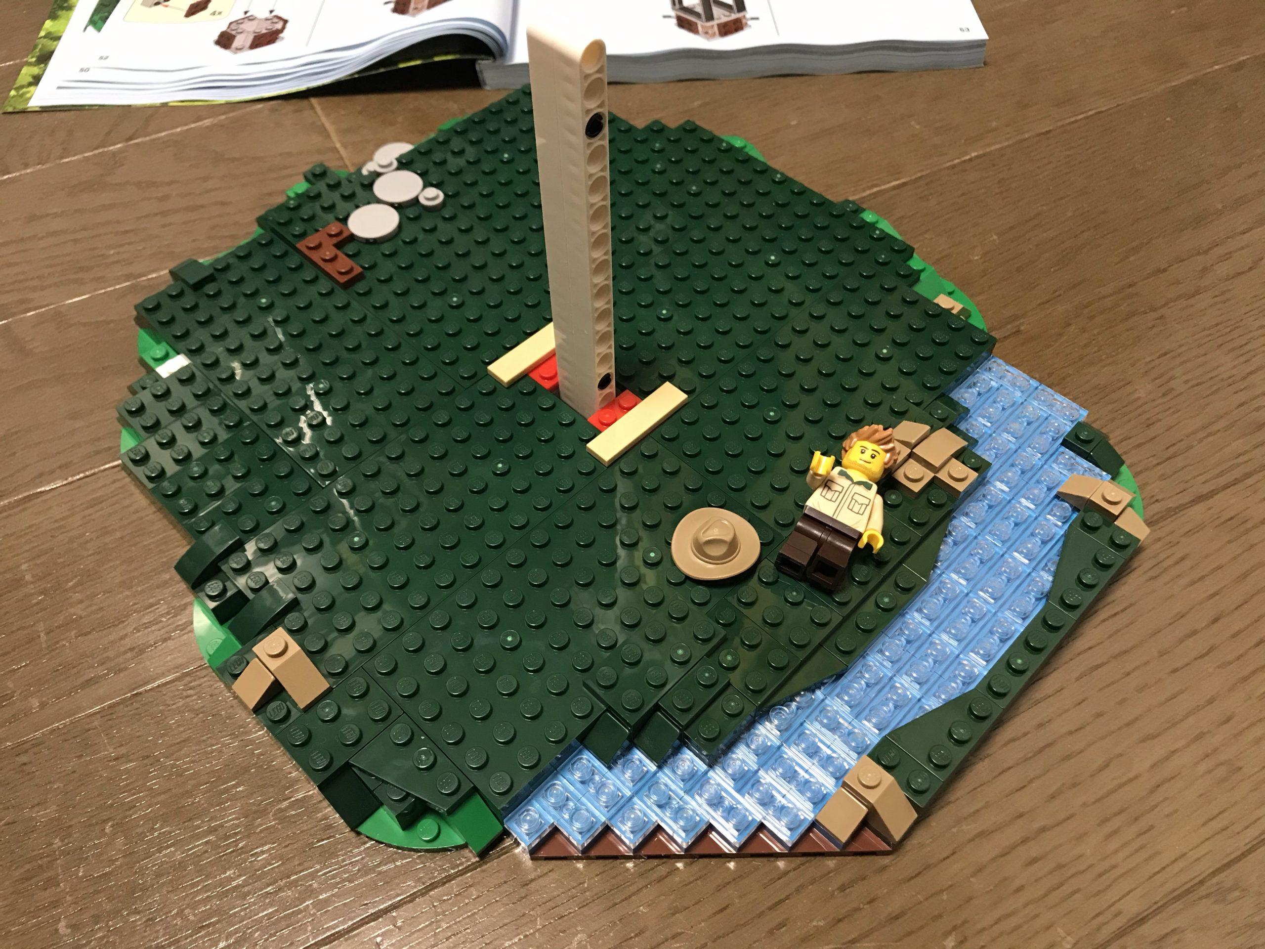 LEGOツリーハウス(21318)組み立て2 川がいいアクセントになっている